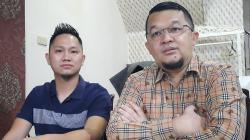 Presiden Sriwijaya FC Hendri Zainuddin (kanan) beri isyarat posisi manajer tim tetap dipegang Muhammad Fadli (kiri) meski yang bersangkutan telah mengundurkan diri