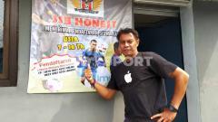 Indosport - Mantan bek timnas dan beberapa klub Indonesia, Sonny Kurniawan, saat ditemui di Bintang Sport Mini Soccer, Jalan Kebon Kopi, Kota Cimahi, Bandung. Selasa (02/02/2021).