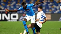 Indosport - Tiemoue Bakayoko berduel dengan Matteo Pessina di laga Napoli vs Atalanta.