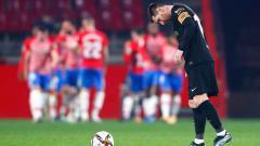 Indosport - Ekspresi kekecewaan Lionel Messi di laga Granada vs Barcelona.