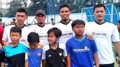 Indosport - Gelandang Persib Bandung, Abdul Aziz (kiri), eks pemain Persib Imral 'Korea' Usman (pakai topi) dan Wildansyah (kedua dari kanan) berfoto bersama saat coaching clinic di SSB Honest.