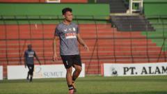 Indosport - Pemain anyar Persib Bandung, Ferdinand Sinaga, belum terlihat bergabung pada sesi latihan yang digelar di Stadion Gelora Bandung Lautan Api (GBLA).
