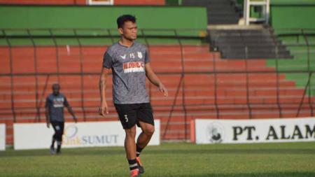 Pemain anyar Persib Bandung, Ferdinand Sinaga, belum terlihat bergabung pada sesi latihan yang digelar di Stadion Gelora Bandung Lautan Api (GBLA). - INDOSPORT