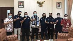 Indosport - Wali Kota Semarang Hendrar Prihadi saat menemui perwakilan Panser Biru.