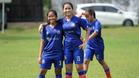 Shafira Ika Putri saat uji coba dengan tim lokal putri Malang. - INDOSPORT