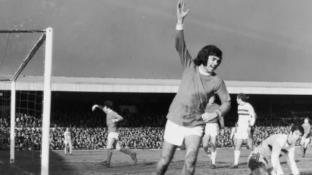 Selebrasi George Best usai mencetak gol untuk Manchester United pertandingan Piala FA kontra Northampton Town, 7 Februari 1970. - INDOSPORT