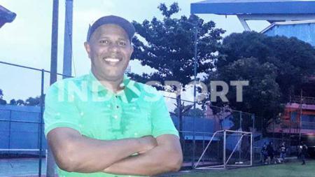 Claudio De Jesus dengan latar belakang Stadion Gajayana Malang. - INDOSPORT