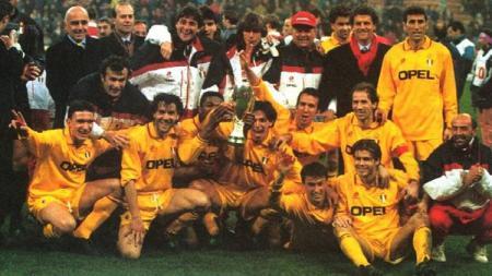 Selebrasi pemain AC Milan usai mengalahkan Arsenal dalam pertandingan Piala Super Eropa, 8 Februari 1995. - INDOSPORT