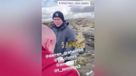 Paul Scholes mendaki gunung bersama teman-temannya. - INDOSPORT