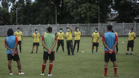 Latihan Bali United dipimpin oleh pelatih Stefano Cugurra Teco. - INDOSPORT