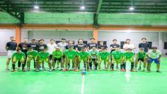 Indosport - Pacific Caesar Surabaya bermain futsal.