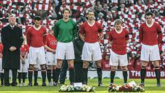 Indosport - Prosesi mengheningkan cipta Manchester United memperingati 50 Tahun Tragedi Munich di Old Trafford, 10 Februari 2008.