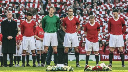 Prosesi mengheningkan cipta Manchester United memperingati 50 Tahun Tragedi Munich di Old Trafford, 10 Februari 2008. - INDOSPORT