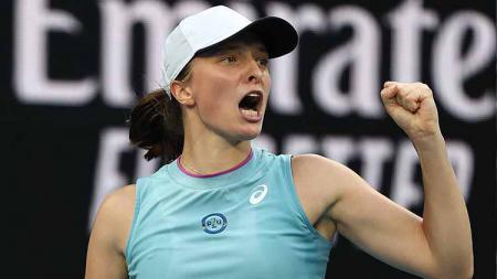Juara bertahan Prancis Terbuka, Iga Swiatek disebut mengalami stress dan kurang tidur dalam dua minggu terakhir dan membuatnya kalah dari Maria Sakkari. - INDOSPORT