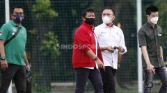 Indosport - Direktur teknik PSSI Indra Sjafri (kedua kiri) saat mendampingi Ketum Mochamad Iriawan mengunjungi TC Timnas U-23 di Lapangan G Senayan, Jakarta, Rabu (10/02/21) sore.