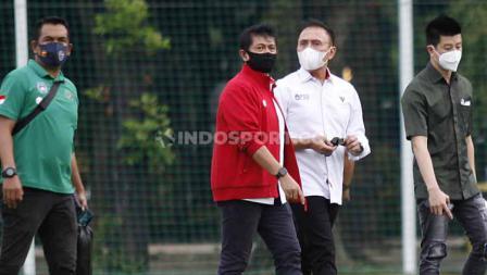 Ketum PSSI Mochamad Iriawan didampingi Direktur Teknki Indra Sjafri saat meninjau TC Timnas SEA Games 2021 hari kedua di Lapangan D Senayan, Jakarta, Rabu (10/02/21).