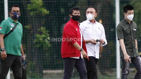 Direktur teknik PSSI Indra Sjafri (kedua kiri) saat mendampingi Ketum Mochamad Iriawan mengunjungi TC Timnas U-23 di Lapangan G Senayan, Jakarta, Rabu (10/02/21) sore. - INDOSPORT