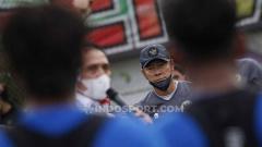 Indosport - Ketum PSSI Mochamad Iriawan saat memberikan arahan kepada skuat timnas U-23 di Lapangan G Senayan, Jakarta, Rabu (10/02/21) sore.