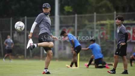 Pelatih Timnas Indonesia, Shin Tae-yong menunjukan skill juggling bola di sela-sela TC Timnas SEA Games 2021 di Lapangan D Senayan, Jakarta, Rabu (10/02/21).