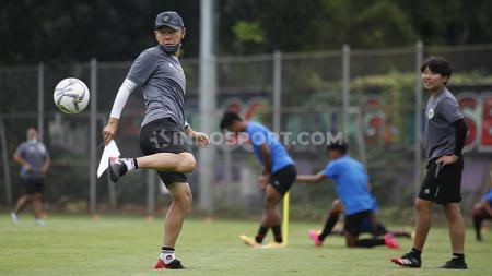 Pelatih Timnas Indonesia, Shin Tae-yong menunjukan skill juggling bola di sela-sela TC Timnas SEA Games 2021 di Lapangan D Senayan, Jakarta, Rabu (10/02/21). - INDOSPORT