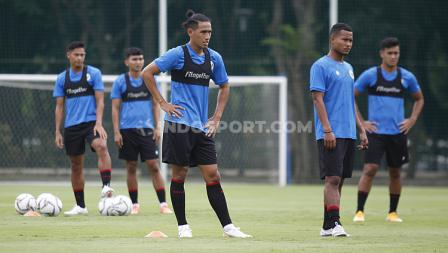 Sejumlah pemain seperti Hanif Sjahbandi, Bagas Kaffa saat mengikuti TC Timnas SEA Games 2021 hari kedua di Lapangan D Senayan, Jakarta, Rabu (10/02/21).