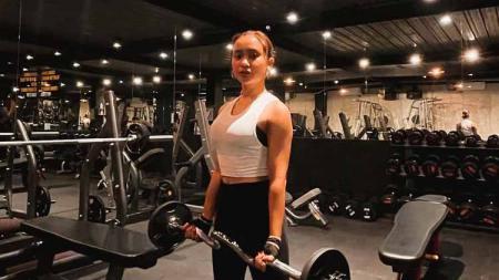 Penyanyi dangdut Cita Citata kian getol melakoni olahraga di mana terkini dirinya latihan mengangkat beban 43 kg di gym. - INDOSPORT