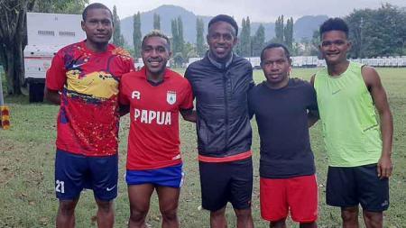 Boaz Solossa dan sejumlah bintang Liga 1 asal Papua yang akan berlaga di turnamen Waena Cup di Kota Jayapura. - INDOSPORT