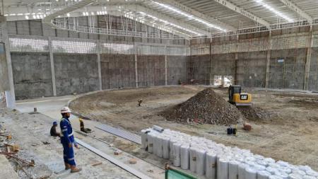 Nampak dalam venue sepatu roda PON XX Papua yang sedang dibangun. - INDOSPORT