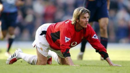 Gelandang legendaris Manchester United, berlutut di tengah pertandingan Piala FA kontra Arsenal, 15 Februari 2003. - INDOSPORT