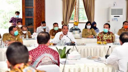 Gubernur Sumut, Edy Rahmayadi, saat memberikan paparan persiapan Sumut dalam tuan rumah PON 2024 di Deli Serdang, Senin (15/2/21). - INDOSPORT