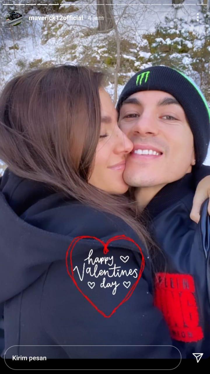 Maverick Vinales mengunggah foto mesra bareng sang istri saat merayakan Hari Valentine. Copyright: Instastory Maverick
