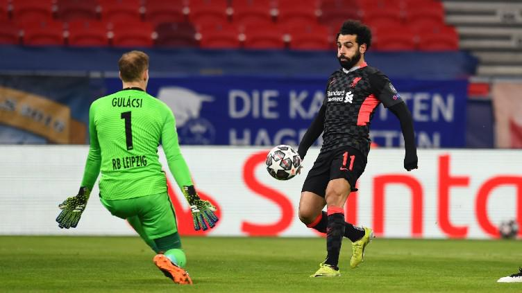 Situasi duel Mohamed Salah dengan Peter Gulacsi dalam laga RB Leipzig vs Liverpool Copyright: Twitter @LFC