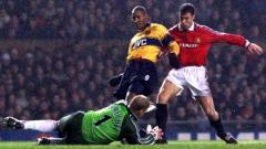 Indosport - Aksi striker Arsenal, Nicolas Anelka, dalam pertandingan Liga Inggris kontra Manchester United, 17 Februari 1999.