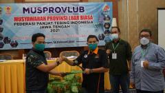 Indosport - Abdul Hamid (kiri) saat mendapat mandat untuk memimpin FPTI Jateng.