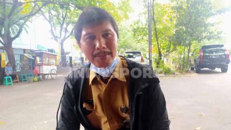 Pelatih tim sepakbola putra Jawa Barat untuk PON XX Papua, Yudiantara, saat ditemui redaksi berita olahraga Indopsort, Senin (15/02/2021). - INDOSPORT