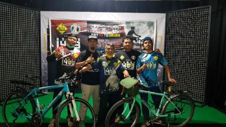 Atep Seax (kiri), bersama beberapa rekannya saat persiapan bersepeda dari Bandung menuju Lombok. - INDOSPORT