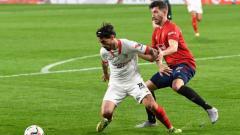 Indosport - Situasi duel antara pemain Sevilla dengan Osasuna