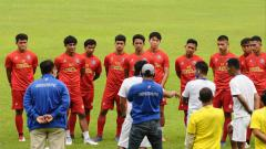 Indosport - Arema FC saat memulai program latihan sebelum Piala Menpora 2021 dimulai.