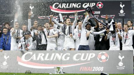 Pemain Tottenham Hotspur merayakan keberhasilan merengkuh trofi Piala Liga Inggris usai mengalahkan Chelsea, 24 Februari 2008. - INDOSPORT