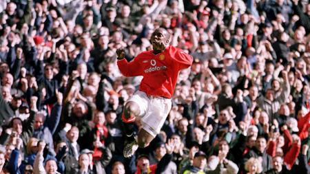 Striker legendaris Manchester United, Dwight Yorke, mencetak hattrick ke gawang Arsenal dalam pertandingan Liga Inggris, 25 Februari 2001. - INDOSPORT