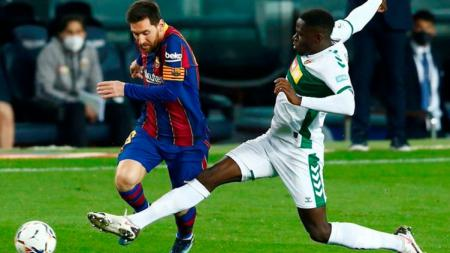 Lionel Messi ketika mendapat hadangan di laga Barcelona vs Elche - INDOSPORT