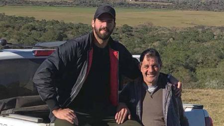 Alisson Becker dan sang ayah, José Agostinho Becker. - INDOSPORT