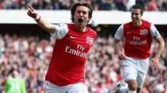 Indosport - Gelandang Arsenal, Tomas Rosicky, merayakan gol ke gawang Tottenham Hotspur dalam pertandingan Liga Inggris, 26 Februari 2012.