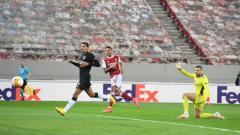 Indosport - Aubameyang ketika mencetak gol perdana Arsenal ke gawang Benfica pada ajang Liga Europa
