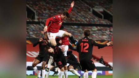 Pemain Manchester United, Victor Lindelof melakukan aksi UFC lutut terbang di laga Manchester United vs Real Sociedad. - INDOSPORT
