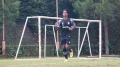 Indosport - Ronaldo Jaybera Kwateh, pemain blasteran 16 tahun jadi paling muda yg ikur program TC Madura United di Kota Batu.