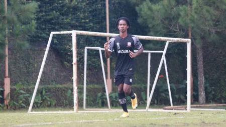 Ronaldo Jaybera Kwateh, pemain blasteran 16 tahun jadi paling muda yg ikur program TC Madura United di Kota Batu. - INDOSPORT