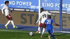 Indosport - Nicolas Pepe mencetak gol di laga Liga Inggris Leicester vs Arsenal.