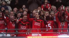 Indosport - Pemain Manchester United merayakan keberhasilan menjuarai Piala Liga Inggris usai menekuk Aston Villa di final, 28 Februari 2010.