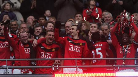 Pemain Manchester United merayakan keberhasilan menjuarai Piala Liga Inggris usai menekuk Aston Villa di final, 28 Februari 2010. - INDOSPORT